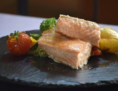 Gastronomía finca Comendador, salmón al wok.